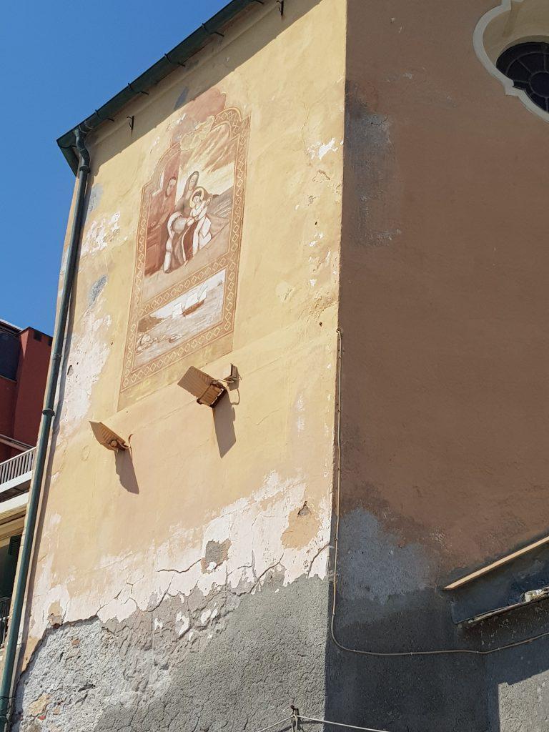 kerkje aan het strand in Alassio met muurschildering